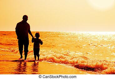 silhuetas, de, pai filho, ligado, pôr do sol, mar, fundo