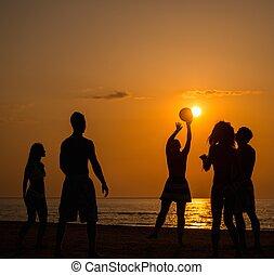 silhuetas, um, jovens, tocando, com, bola, ligado, um, praia