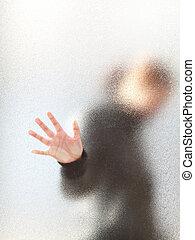 silhuett, av, a, flicka, genom, frostat exponeringsglas