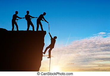 silhuett, av, a, man, bergsbestigare, ute dra, av, a, klippa, av, en annan, klättrare