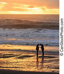 silhuett, av, herre och kvinna, stranden, hos, skymning