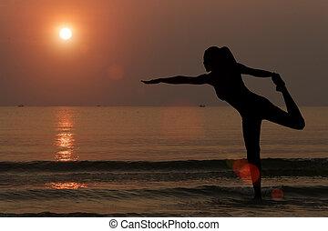 silhuett, av, kvinna, tillverkning, yoga, stranden, med, solnedgång, bakgrund