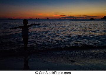 silhuett, av, liten flicka, hos, solnedgång, på, den, ö, boracay, filippinerna