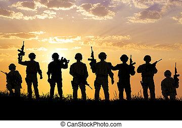 silhuett, av, tjäna som soldat, lag, med, soluppgång,...