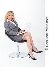sillón, mujer, confiado, sentado