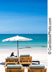 silla de la playa, y, paraguas, en, arena, playa.
