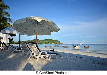 silla de la playa, y, paraguas, en, idílico, tropical, arena, playa., lipe, tailandia