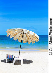 silla de la playa, y, paraguas, en, idílico, tropical, arena, playa.