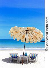 silla de la playa, y, paraguas, en, idílico, tropical, playa de arena, en, holidays.