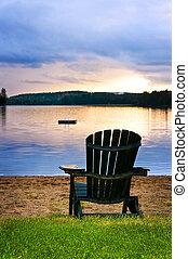 silla de madera, en, puesta de sol sobre la playa