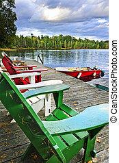 sillas de cubierta, en, muelle, en, lago