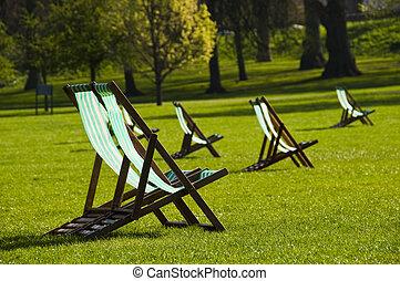 sillas de cubierta, en, un, parque