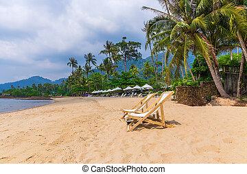 sillas de playa, en, idílico, tropical, arena, playa.