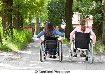 sillas de ruedas, parque, dos mujeres