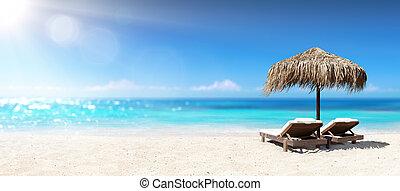 sillas, dos, tropical, debajo, parasol, playa