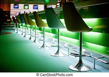sillas, en, barra, con, luces verdes