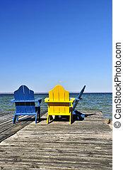 sillas, en, de madera, muelle, en, lago