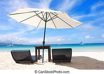 sillas, y, paraguas, en, playa de arena