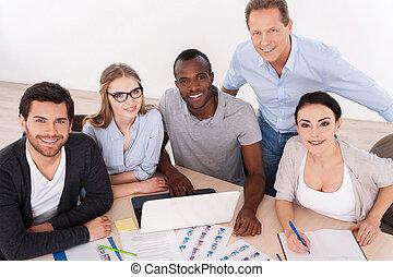silny, handlowy, team., górny prospekt, od, grupa handlowych ludzi, w, przypadkowy chodzą, posiedzenie razem, na stole, i, uśmiechanie się, na aparacie fotograficzny