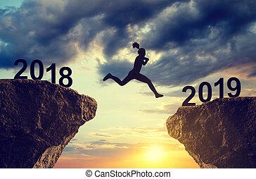 silueta, a, menina, salto, para, a, ano novo, 2019.