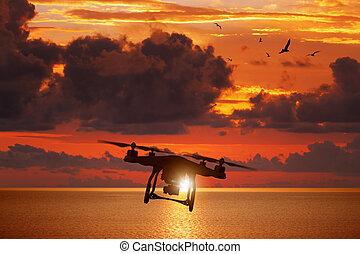 silueta, acima, voando, céu, glowing, zangão, pôr do sol, mar, vermelho