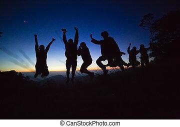 silueta, adultos jovens, pular
