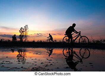 silueta, cyklista, západ slunce