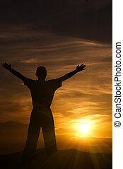 silueta, de, a, homem, montanhas, em, pôr do sol