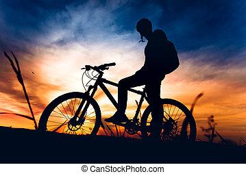 silueta, de, biker, equitación, bicicleta montaña, en, ocaso