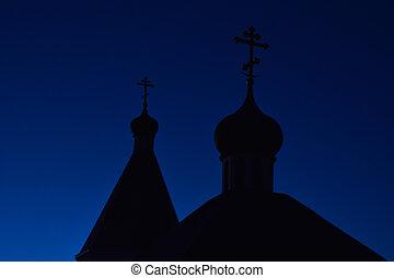 silueta, de, cúpulas, con, cruces, de, el, iglesia ortodoxa, contra, el, cielo azul, en, el, tarde