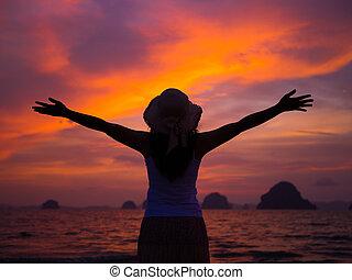 silueta, de, chapéu desgastando mulher, com, braços abertos