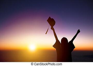 silueta, de, estudiante, celebrar, graduación, mirar, el, luz del sol