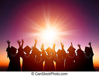 silueta, de, estudiantes, celebrar, graduación, mirar, el,...