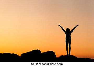 silueta, de, feliz, mujer joven, contra, hermoso, colorido, sky.