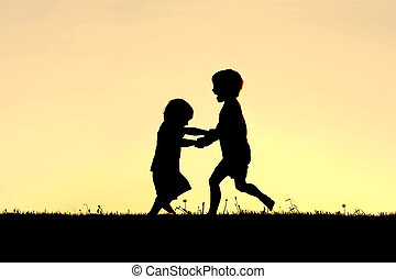 silueta, de, feliz, pequeno, crianças, dançar, em, pôr do sol