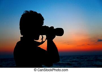 silueta, de, fotógrafo, praia, ligado, pôr do sol
