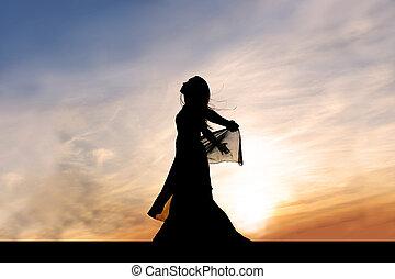 silueta, de, hermoso, mujer joven, exterior, en, ocaso, elogio, dios
