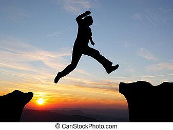 silueta, de, hiking, homem saltando, sobre, a, montanhas,...