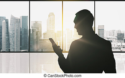silueta, de, hombre de negocios, con, smartphone