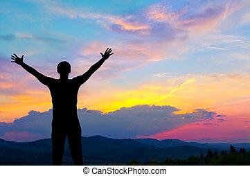 silueta, de, homem, montanhas, em, pôr do sol