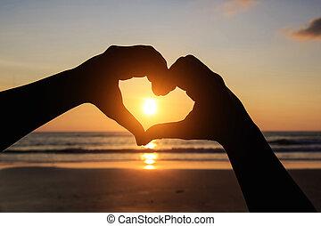 silueta, de, mãos, em, coração, símbolo, ao redor, a, sol