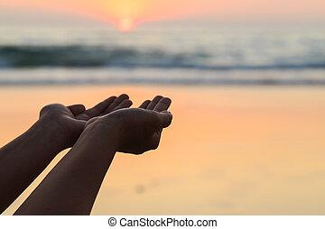 silueta, de, mãos, jogue, a, sol, em, neach, em, pôr do sol,...