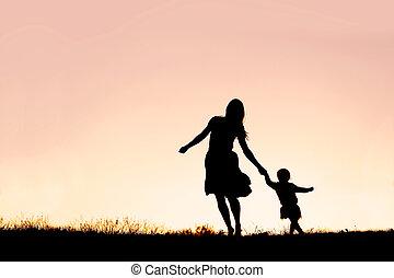 silueta, de, madre y bebé, hija, corriente, y, bailando, en, ocaso