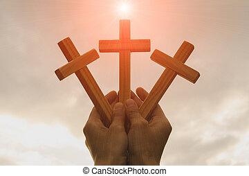silueta, de, manos, tenencia, tres, de madera, cruz, en, salida del sol, plano de fondo, crucifijo, símbolo, de, faith.