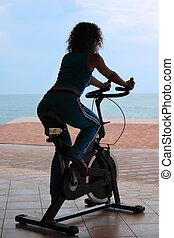 silueta, de, menina, ligado, bicicleta, treinamento, aparelho, ao ar livre