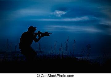 silueta, de, militar, soldado, o, oficial, con, armas, en, night.