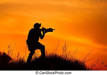 silueta, de, militar, soldado, o, oficial, con, armas, en, sunset.