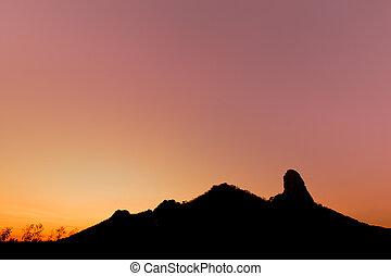 silueta, de, montaña, en, ocaso