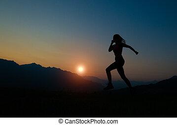 silueta, de, mujer que corre, en, ocaso, en las montañas