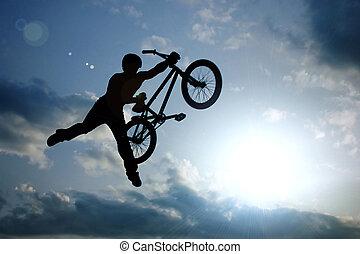 silueta, de, niño, con, bicicleta, saltar hacia dentro, aire